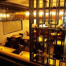 試食会場は人気きれいで人気のレストラン
