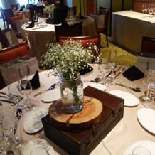 挙式のテーブルの花がカスミソウで斬新
