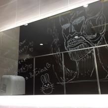 トイレのミラーにも好きな絵や文を