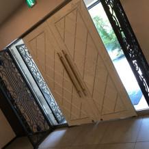 式場の入口 光が入り、尚且つ上品なドア