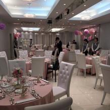 披露宴会場はピンクを中心に