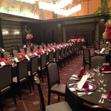珍しい長テーブルの披露宴会場