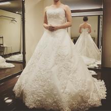 白いドレスは高級感がありました。