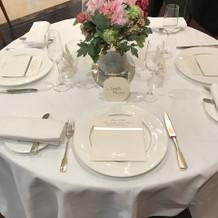 テーブルは4人がけ。