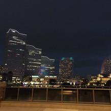 会場から見えるみなとみらいの夜景