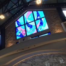 高い天井に綺麗なステンドグラス