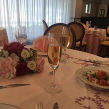 テーブル、シャンパン