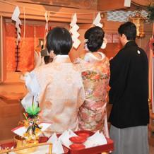 神殿の前で儀式