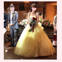 イエローのプリンセスラインのドレス。