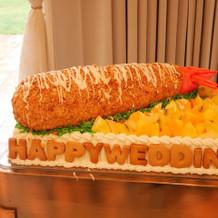 エビフライ形のウェディングケーキ