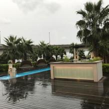 披露宴会場からみた外のスペース※雨天