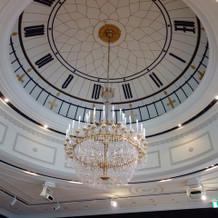 披露宴会場の天井はこんな感じです♪