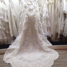 ドレスサロン内のウエディングドレス
