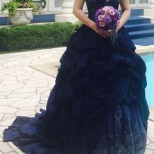 ネイビーのカラードレス。プラン内料金