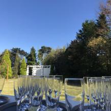 挙式の後はお庭で乾杯しました