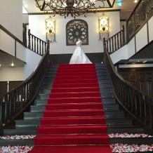 正面の階段!ドレスがよく映えます。