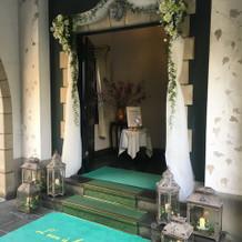 入口。この日は装花とレースで装飾