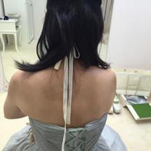 カチューシャはうしろの紐が長くたらした