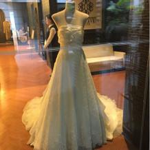 正面玄関に展示されている、素敵なドレス。