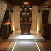 全体の長さの割に祭壇は少し小さめですね。