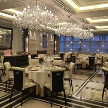 3階の食事会場。ピンクと白が基調です。