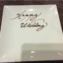 文字が書かれたデザート用の可愛い取り皿。