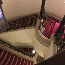 お洒落螺旋階段。ドレスに合いそうですね。