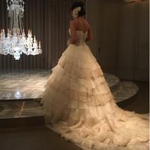 シャンデリアに近づく花嫁さんのイメージ。