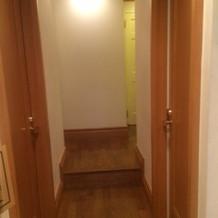 トイレ前の廊下。狭いので並びにくいです。