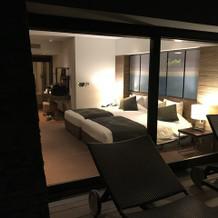 ホテルのベットルーム