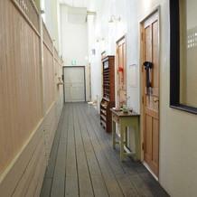控え室、お手洗いのある廊下