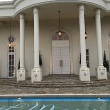 エントランス。プールがある邸宅。