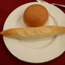 温かいパンがサーブされる