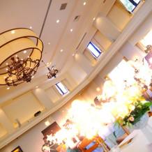 高い天井と開放的な披露宴会場!