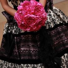 ドレスとブーケの色を合わせて統一感を