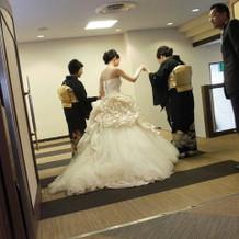 腰に大きな薔薇があるドレスです