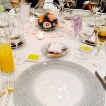 食事前のテーブル。