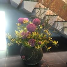 玄関前のお花は季節ごとに変わります