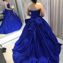 ブルーのリボン付きドレスです。