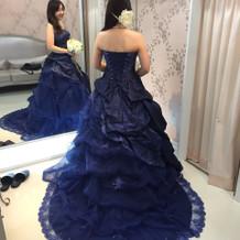 ロイヤルブルーのドレスです。
