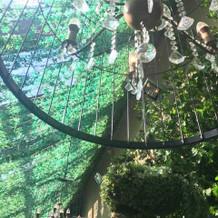 中庭のシャンデリア
