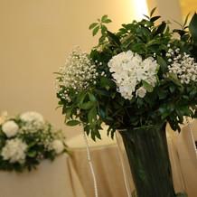 手前のお花は招待客テーブルのもの