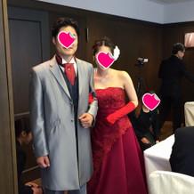 赤いドレス。新郎のネクタイも赤に。