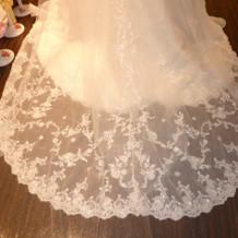 ベールよりもドレスの裾が豪華なタイプ