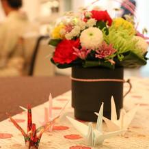 持参の折り鶴をあちこちに飾りました