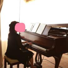 ピアノ生演奏のBGM