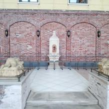 チャペルのある中庭のバルコニー