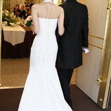 白ドレスはマーメイドでホルダーネック付