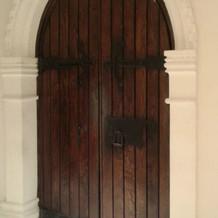 イタリアの教会から移設したというドア