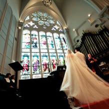 挙式会場の階段にかかるドレスが綺麗